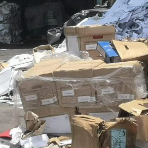 機管局文件堆成小山,與其他廢紙混雜。(香港01)